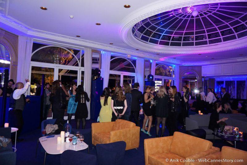 Madame, Monsieur, le club lounge du Festival de Cannes inauguré l'année dernière. Situé au rez-de-chaussée de l'hôtel Carlton. Nous avons eus le plaisir d'y être convié quelques soirs avec des personnalités du Festivals ainsi que des Reines de beauté dans ce lieu évanescent, fait d'ombres et de lumières...